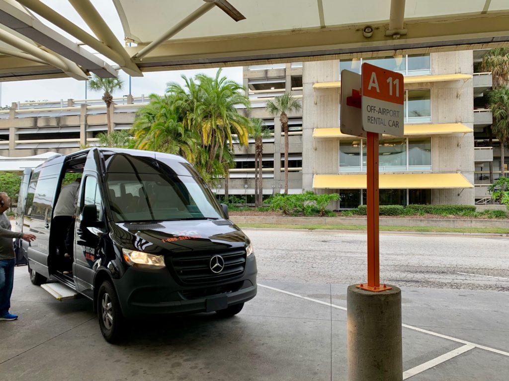 レンタカー会社の空港送迎バス