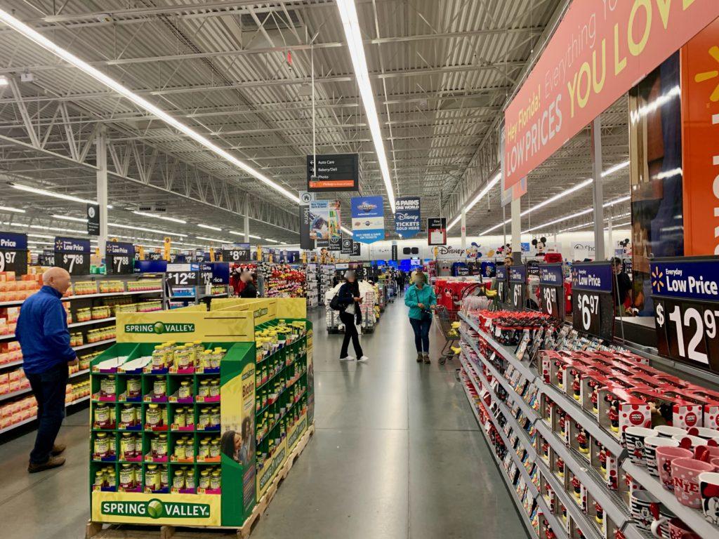 ウォルマートの商品棚をみて歩く買い物客