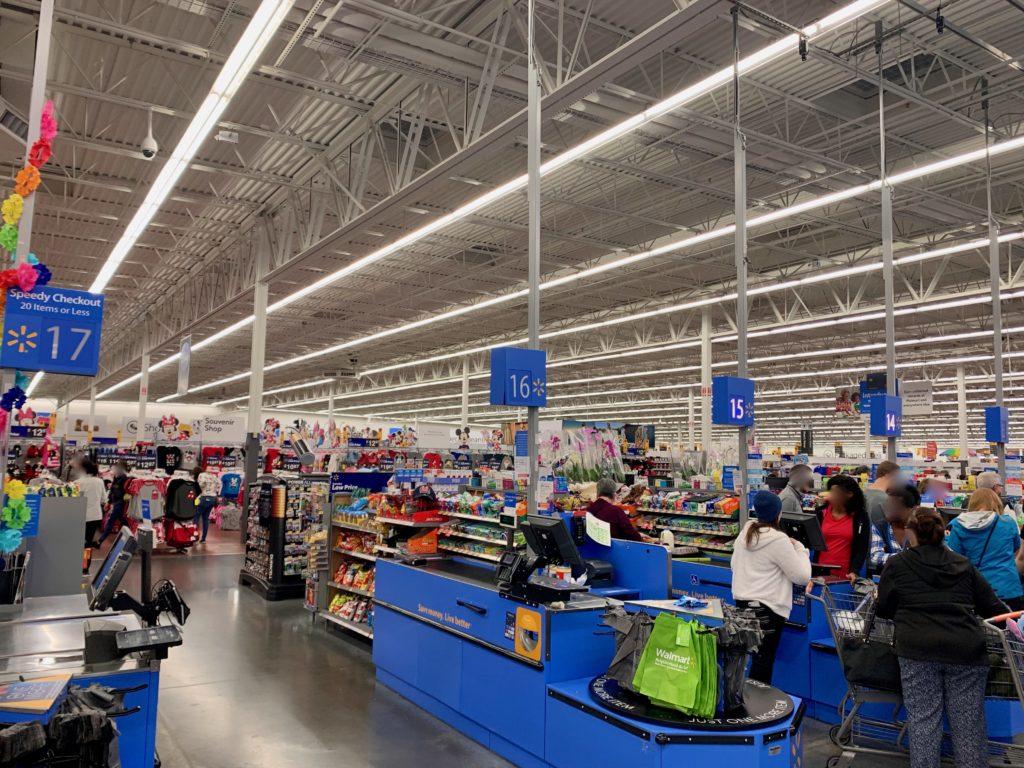 ウォルマートの広い店舗とレジ