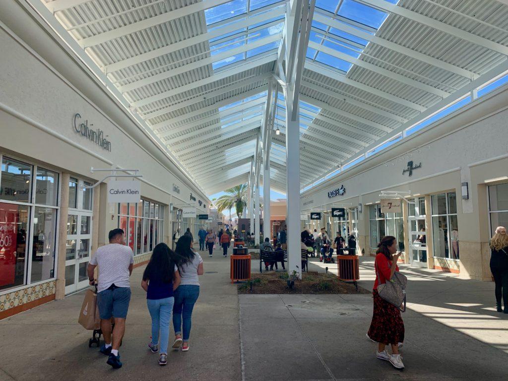 ショッピングアーケードで買い物をする人たち