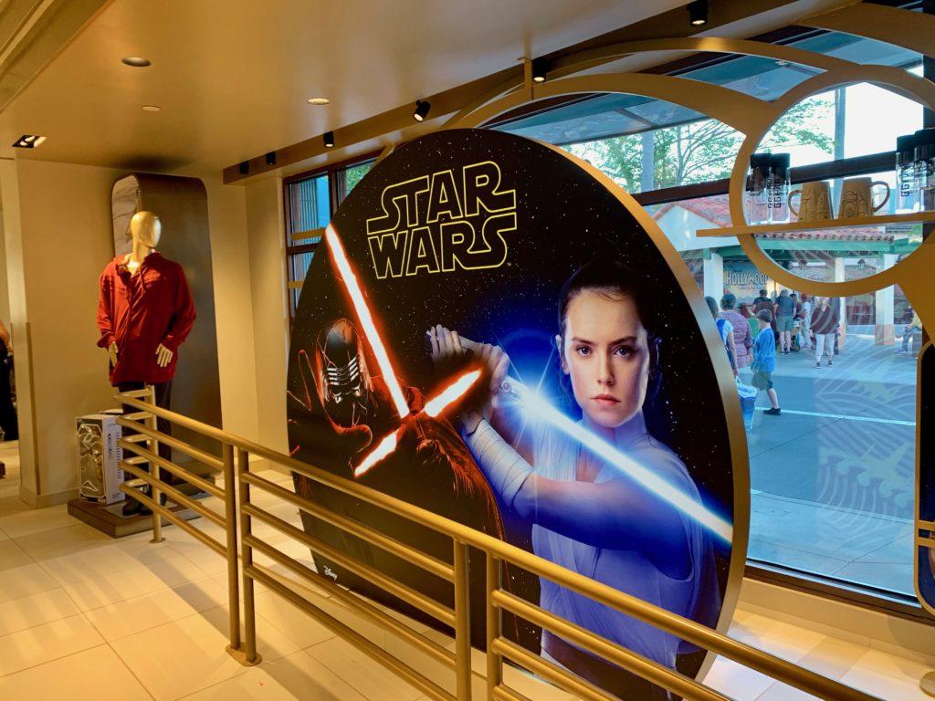 ハリウッドスタジオのスターウォーズショップにあるレイがレーザーブレードを持つポスター