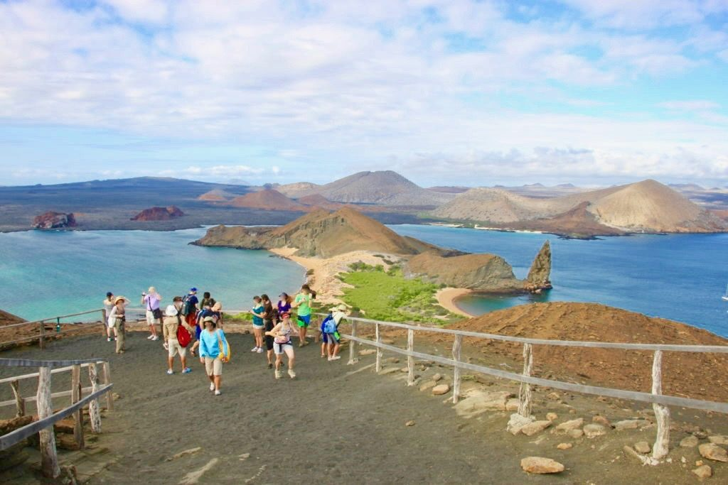 ガラパゴス諸島を見学する観光客