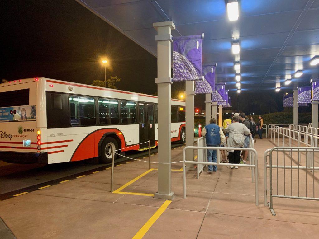 パーク内を循環するディズニーのバス