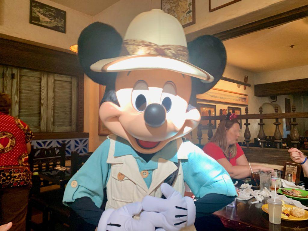 テーブルにやってきたミッキーマウス