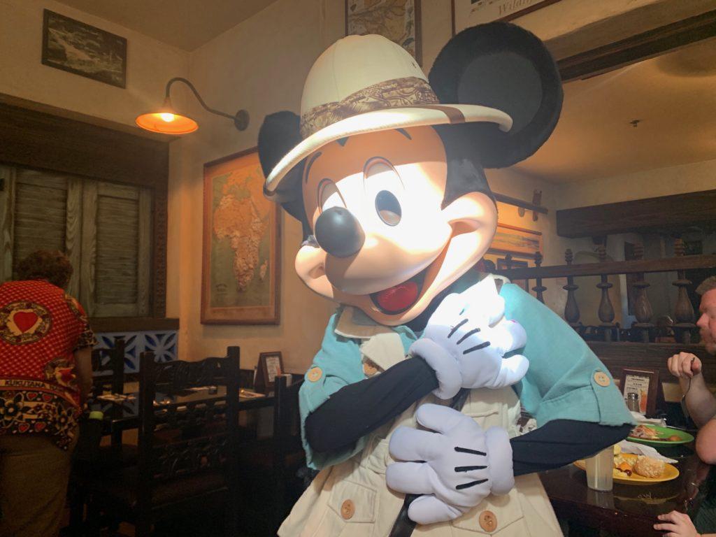 挨拶するミッキーマウス