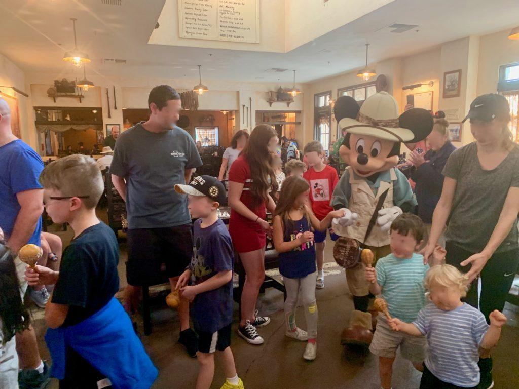 子供たちと手を繋いで店内を歩くミッキー