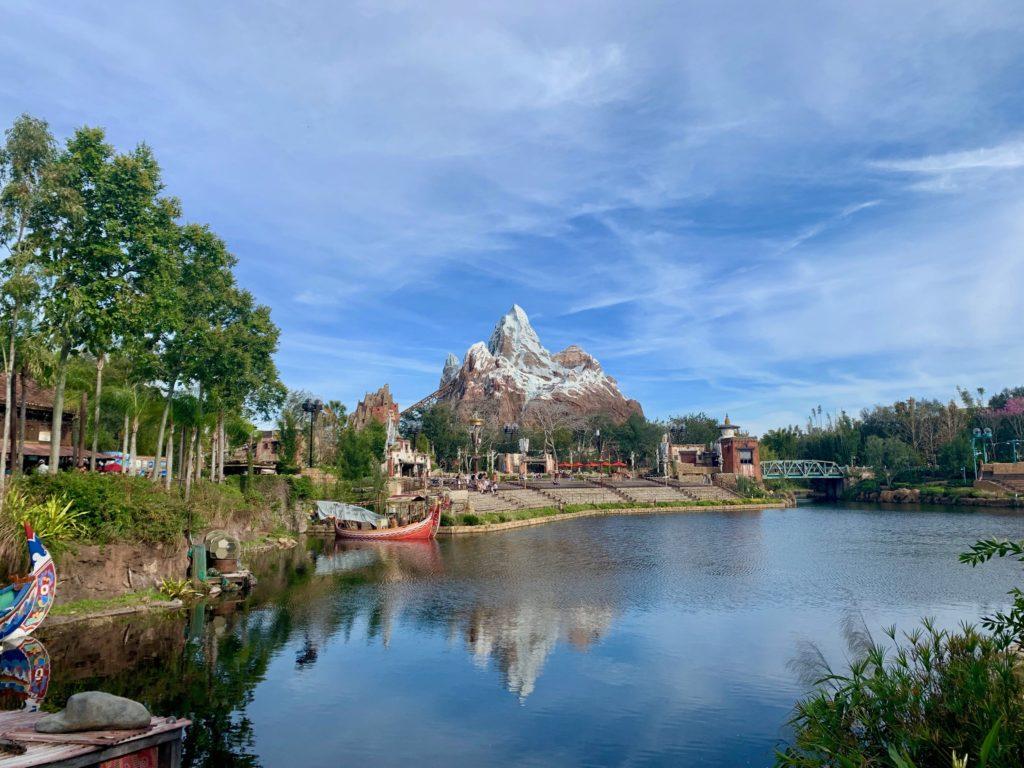 池の向こうにエクスペディション・エベレストが見える