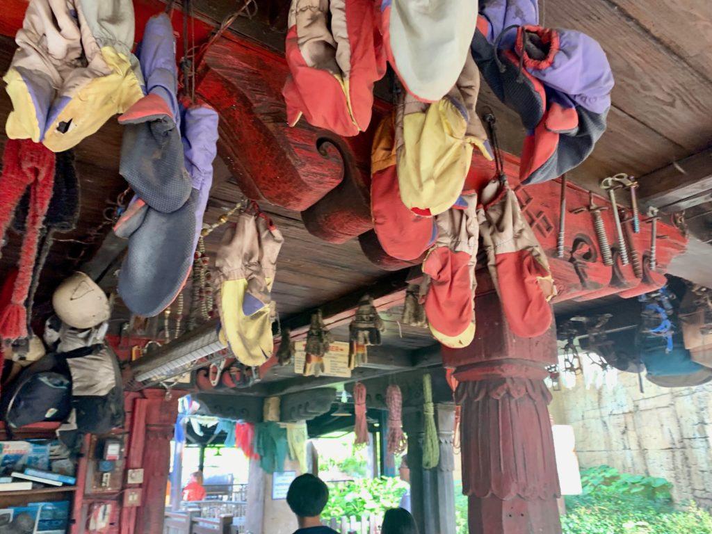 天井から吊り下げられた手袋やロープ