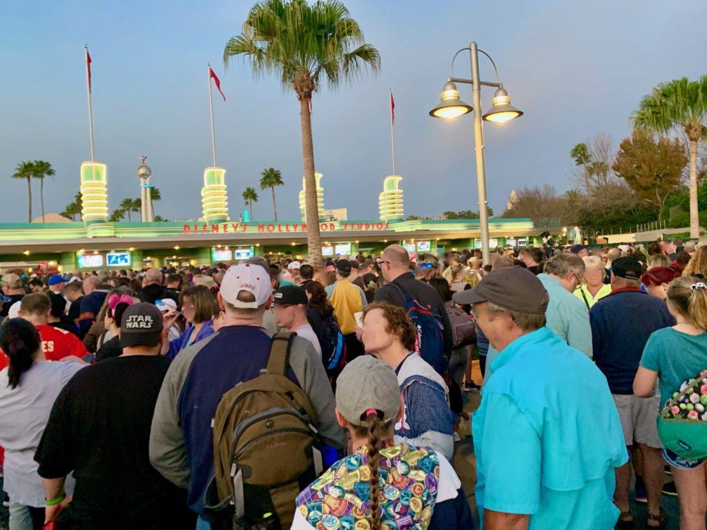 開園前のハリウッドスタジオに並ぶ大勢のゲストたち