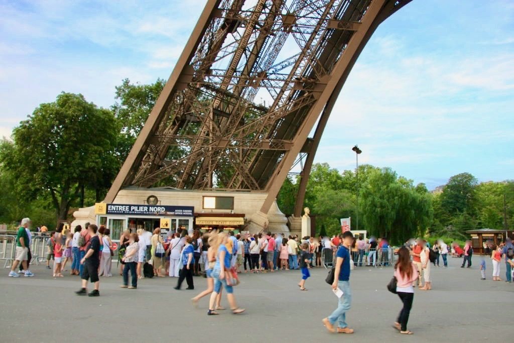 エッフェル塔に登るために並ぶ人の列