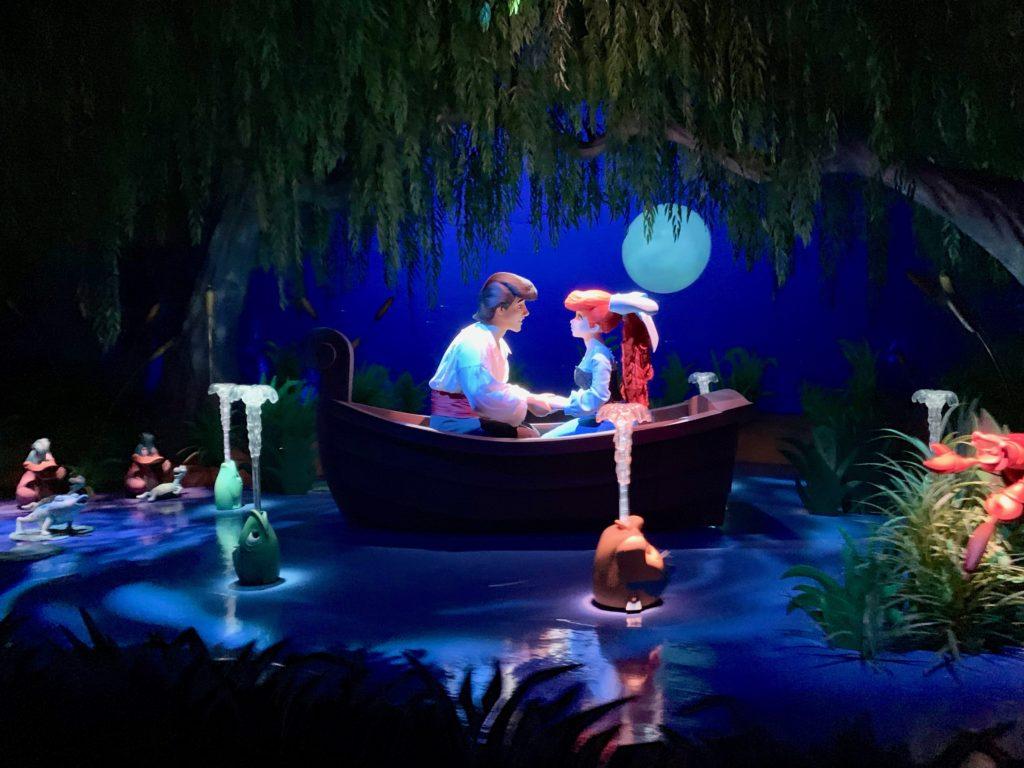 満月の夜、池でボートに乗って見つめ合うエリックとアリエル