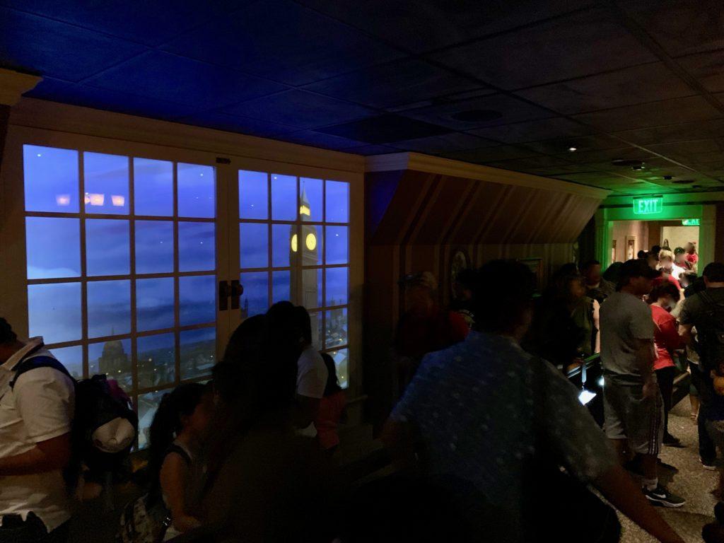 廊下から見えるロンドンの夜景