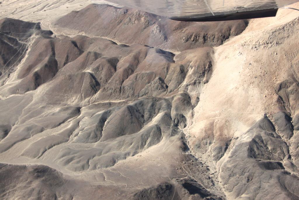 宇宙飛行士の地上絵がある丘の斜面