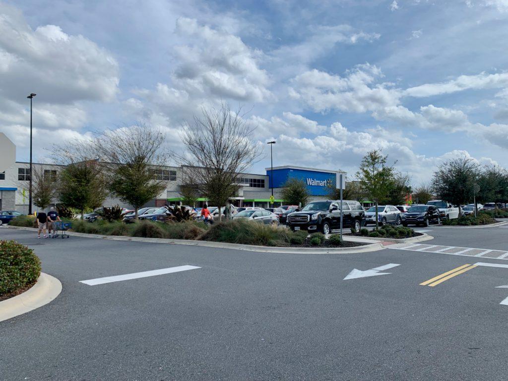 ウォルマートの駐車場と建物