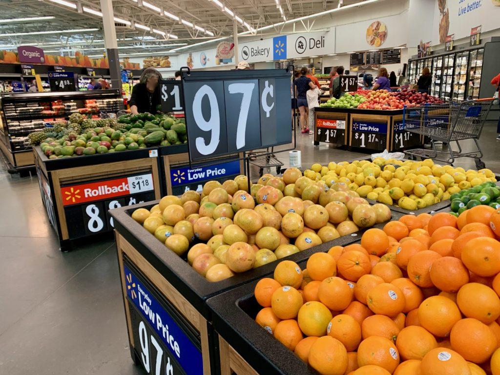 オレンジ、グレープフルーツ、レモン、アボガドなどの果物コーナー