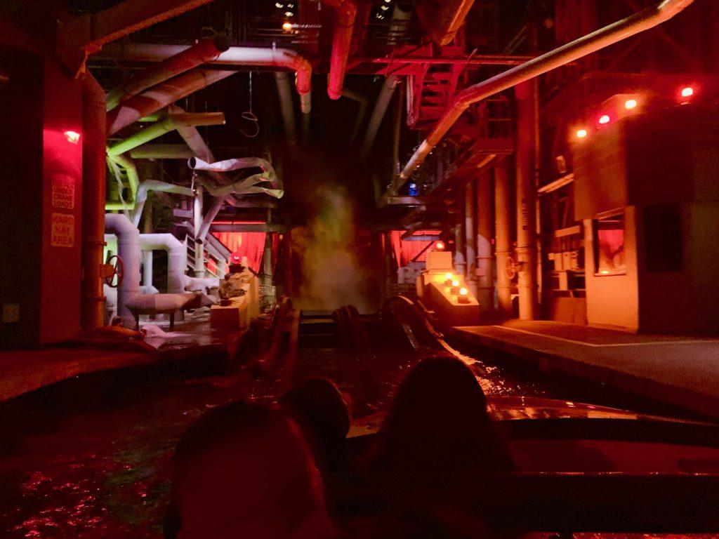 赤い警告灯が点滅する室内