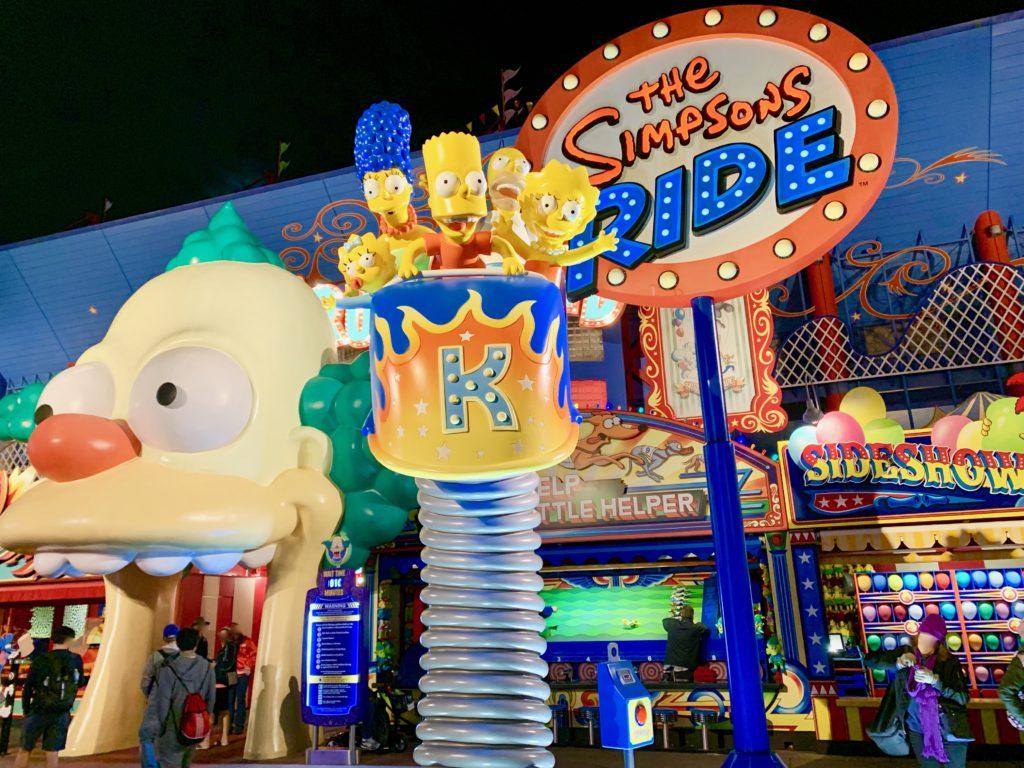 ザ・シンプソンズ・ライドの入り口にあるシンプソンズファミリーの人形