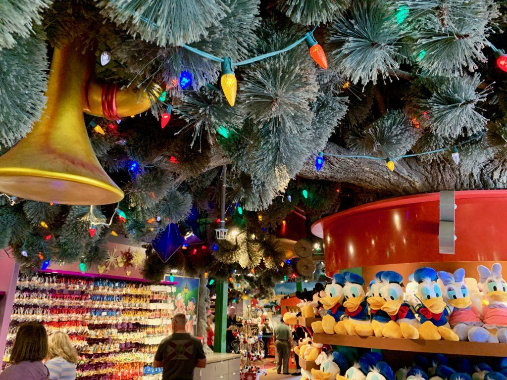 店内にある巨大なクリスマスツリーと飾り