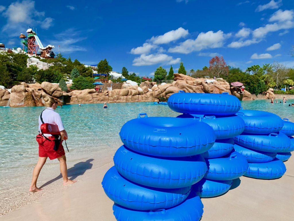 プールサイドに積まれた青い浮き輪