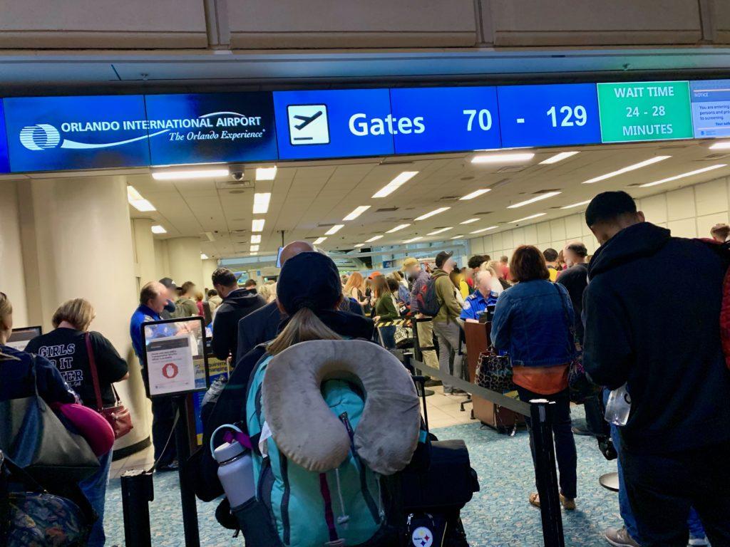 セキュリティーチェックを受ける旅客