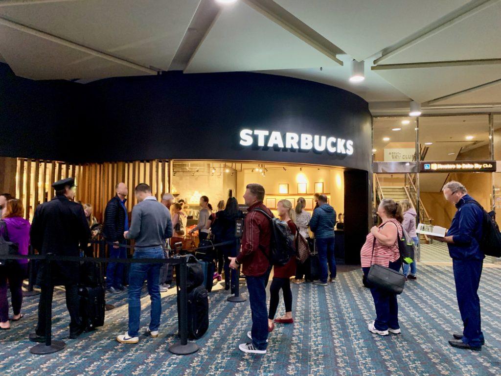 スターバックスコーヒーに並ぶ人たち
