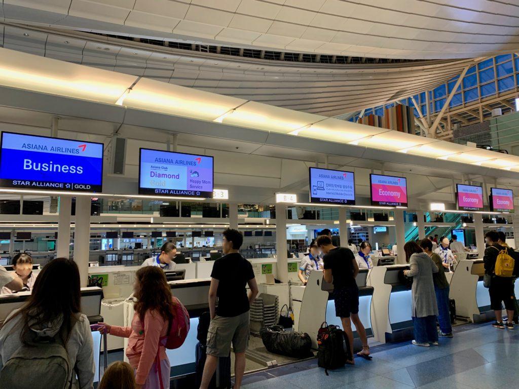 アシアナ航空のチェックインカウンター