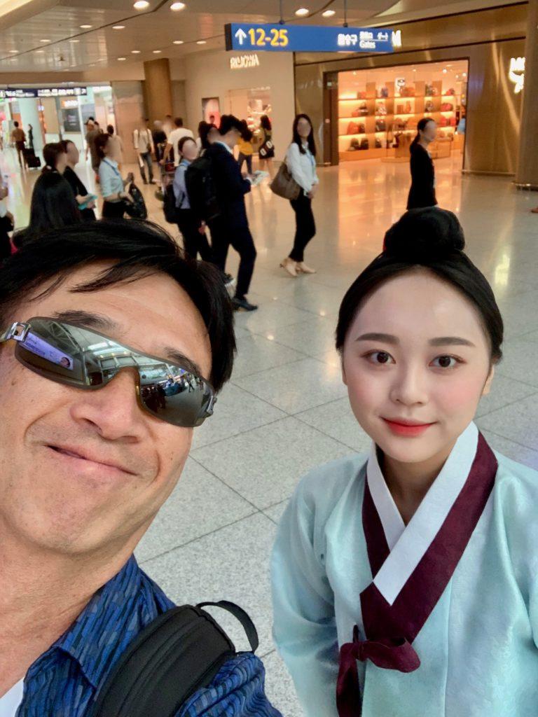 ソウル・インチョン空港のトランスファーエリアで民族衣装を着たお姉さんと記念撮影