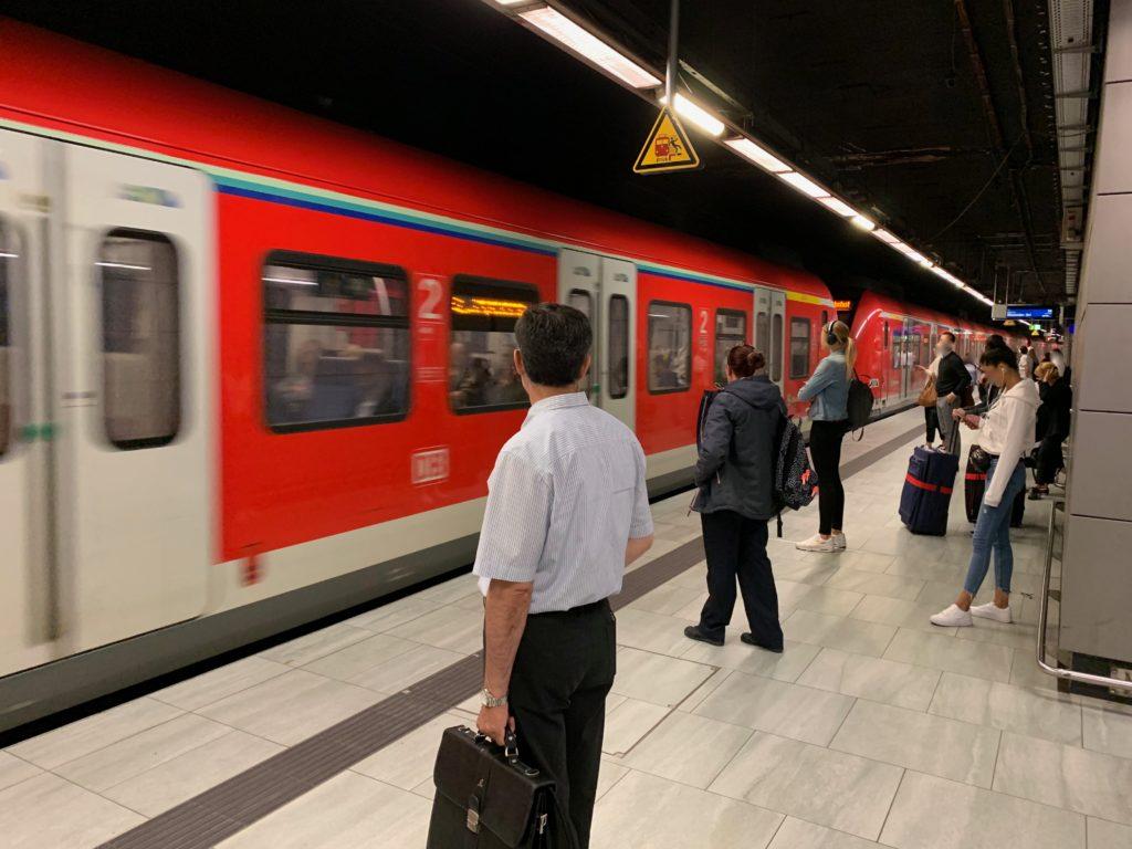フランクフルト空港鉄道駅のホームと赤い電車