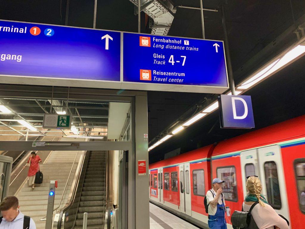 フランクフルト空港鉄道駅のホームと案内板