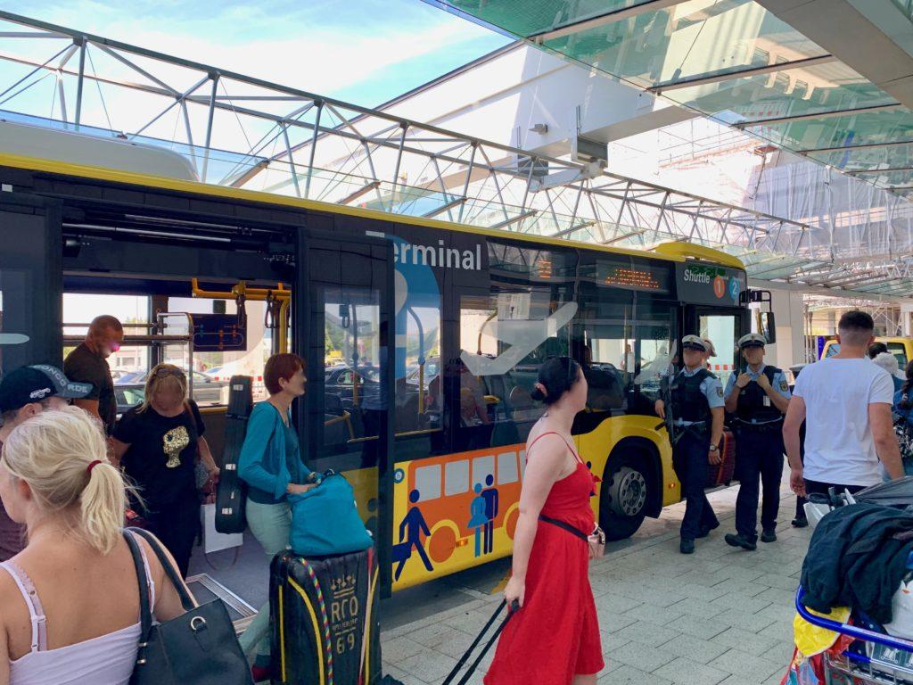 エアポートバスから降りる乗客
