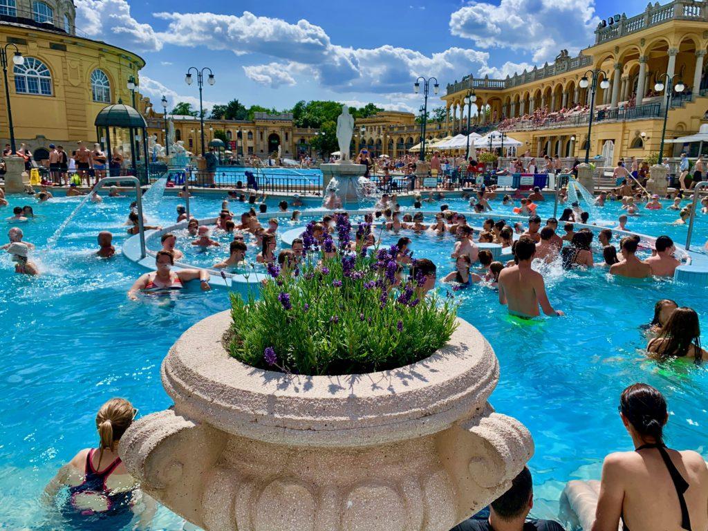 宮殿のような建物に囲まれた大きな露天風呂