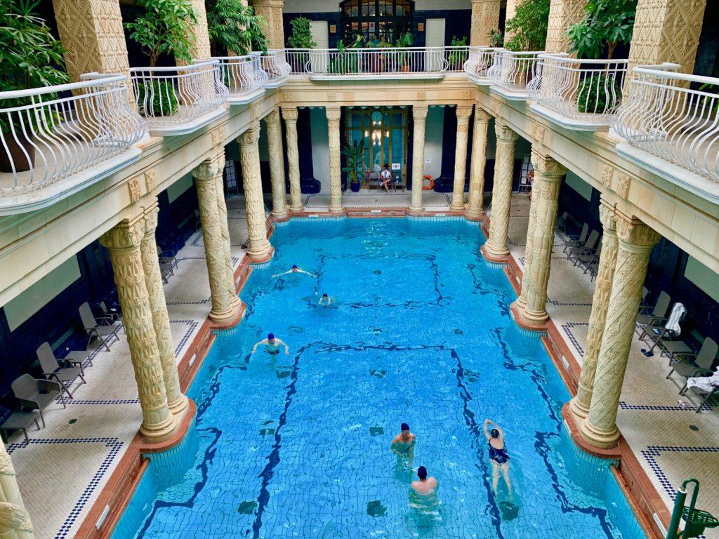 アール・ヌーヴォー様式の豪華な内装の屋内プール