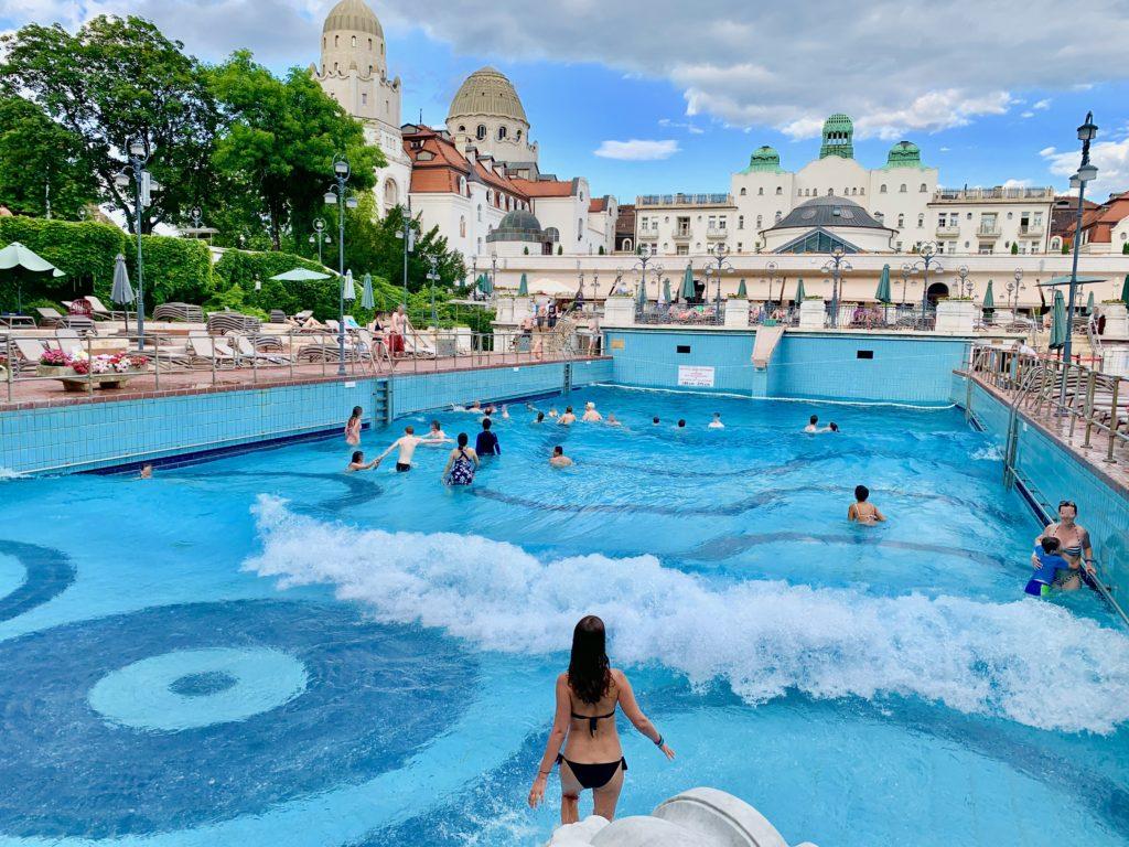 ゲッレールト温泉にある世界最古の波の出るプール