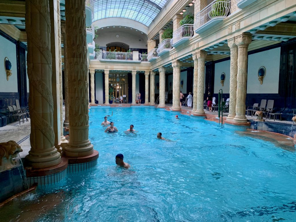 メインの浴槽で泳ぐ人たち
