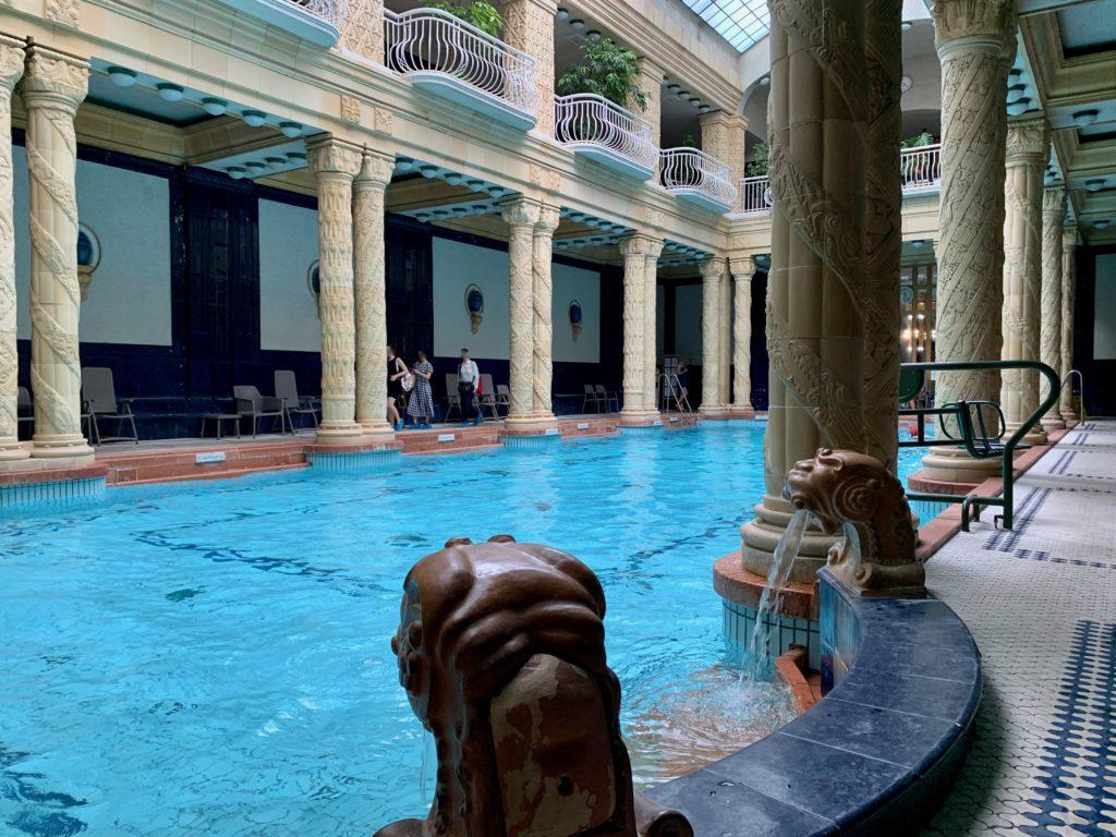 屋内プールのゴージャスなデイザン