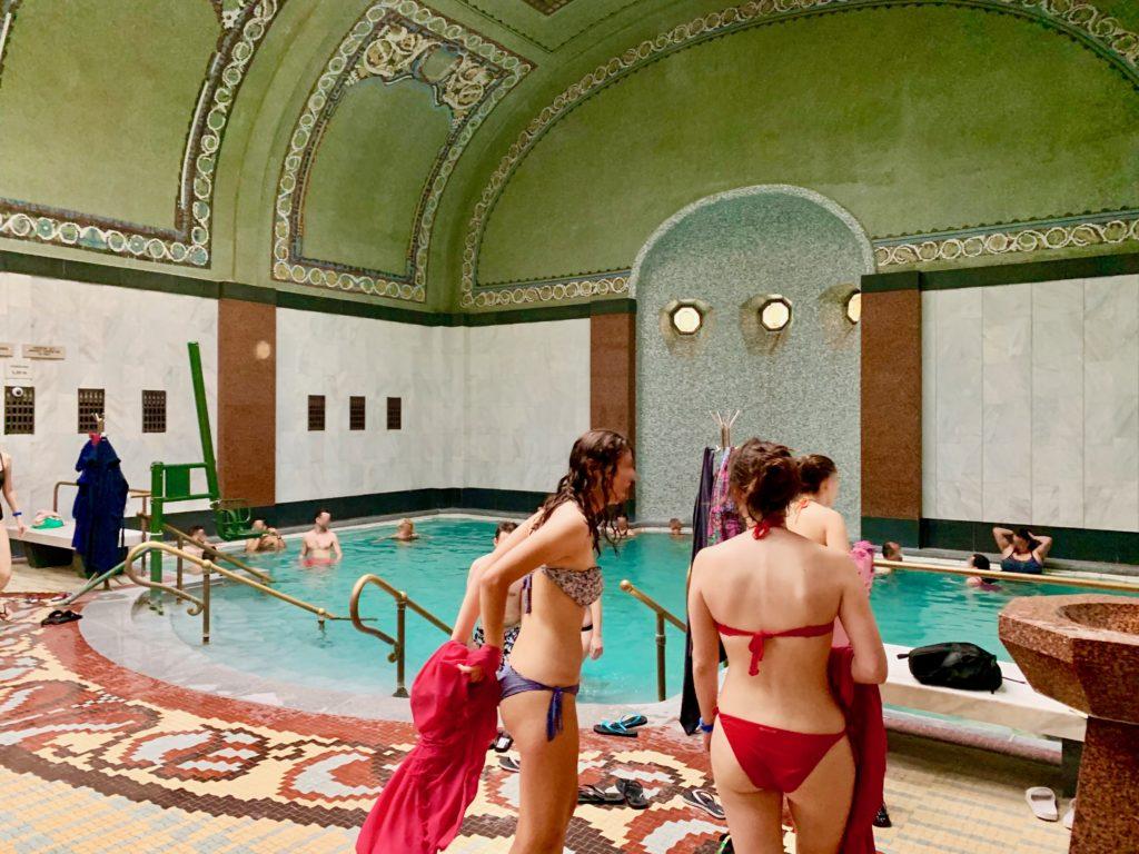 内風呂に入る女性たち