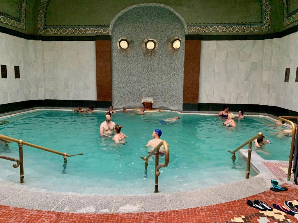 内風呂で寛ぐ人たち