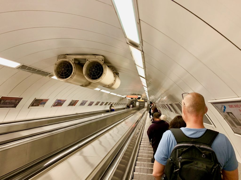 2号線のホームへ降りる長い長いエレベーターを下る