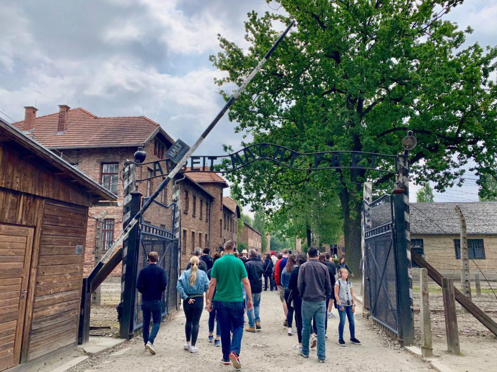 アウシュビッツ強制収容所跡を見学する人たち
