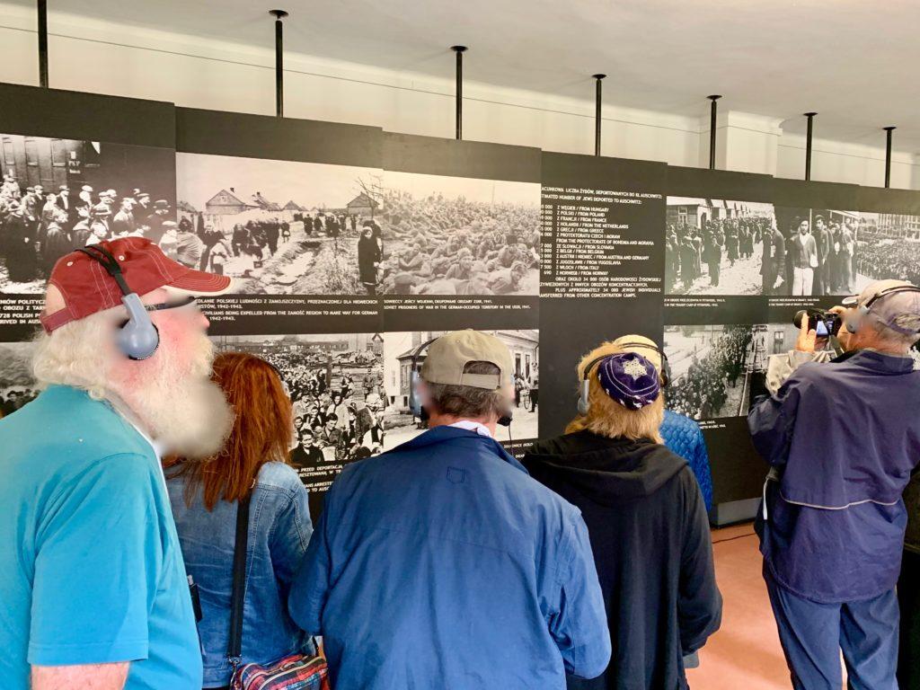 アウシュビッツ博物館でオーディオガイドを聞く来館者たち