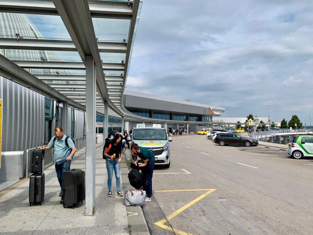 ブダペスト空港に到着した人たち