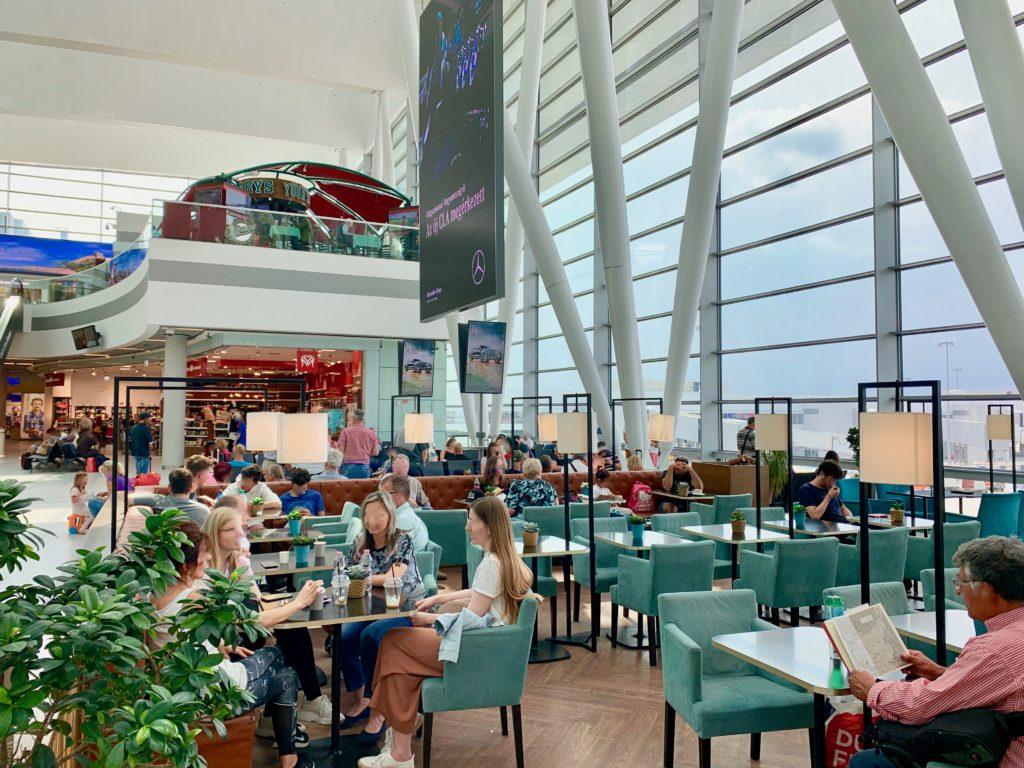ブダペスト空港出発ロビーのカフェ