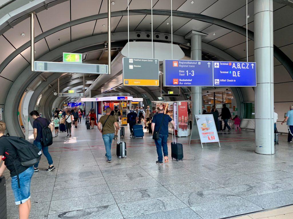 空港駅の長い通路