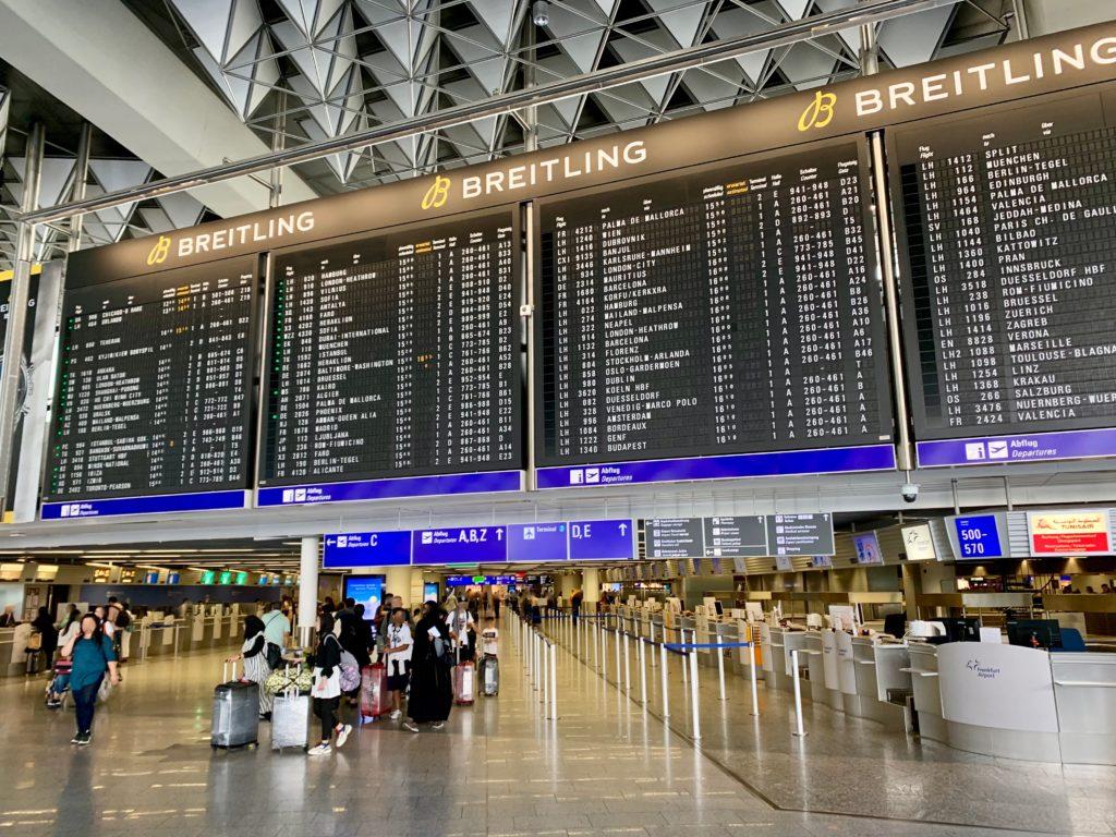 フランクフルト空港の電光掲示板