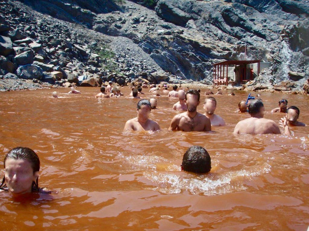 源泉が湧き出し赤茶色に変色した入り江・パレアカメニ