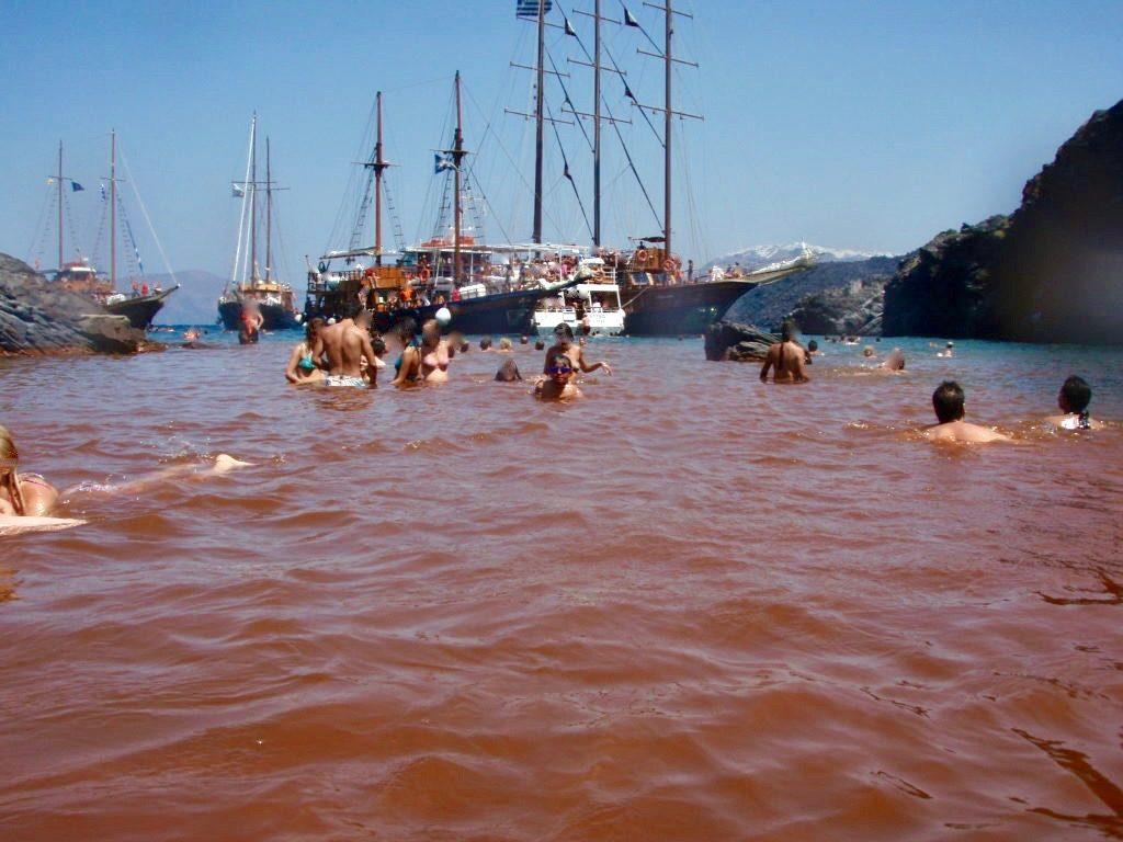 赤茶色の海中温泉