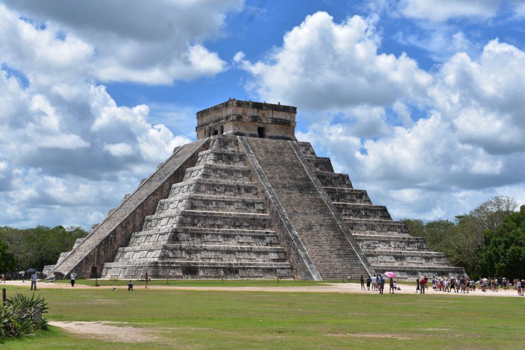 ジャングルの中の建つククルカンのピラミッド