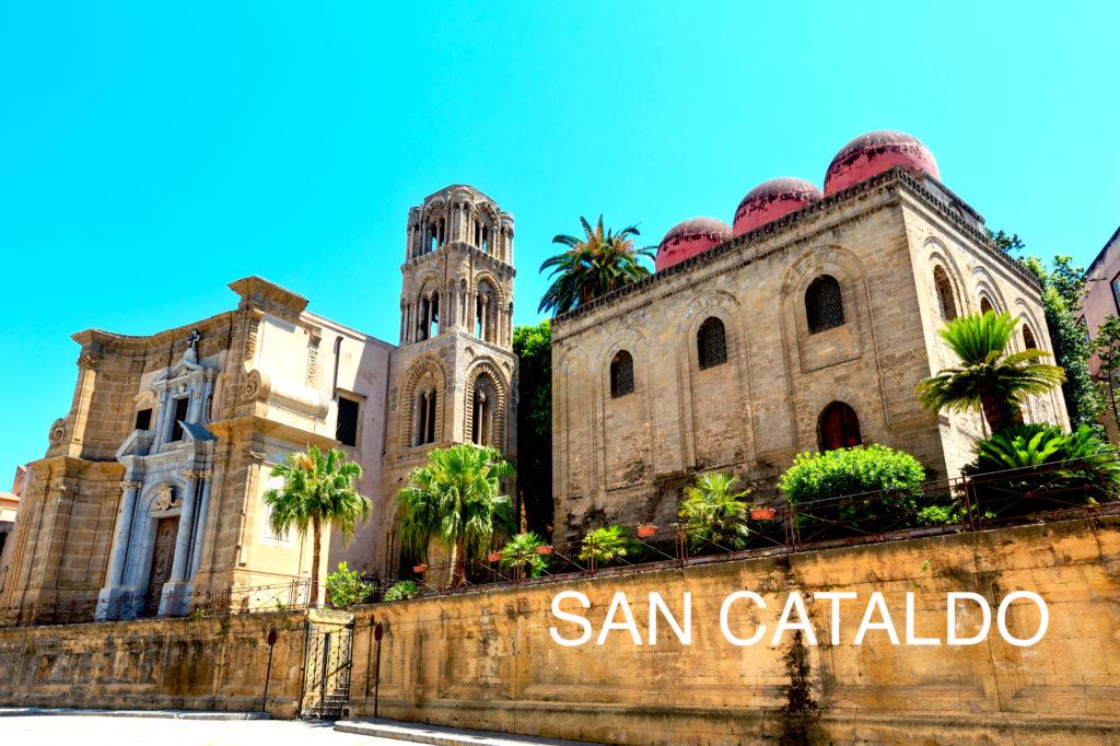 青い空を背景に並んで建つマルトラーナ教会とサン・カタルド教会