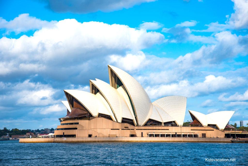 シドニーハーバーの海上から眺めるオペラハウス