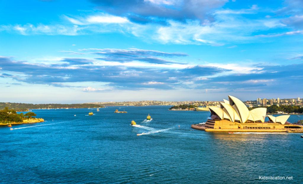 シドニーハーバーを航行するシドニーフェリーとオペラハウス